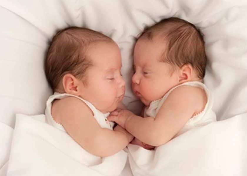 Αληθεύει ότι μια γυναίκα που μένει έγκυος σε μεγαλύτερη ηλικία είναι πιο πιθανό να αποκτήσει δίδυμα μωρά?