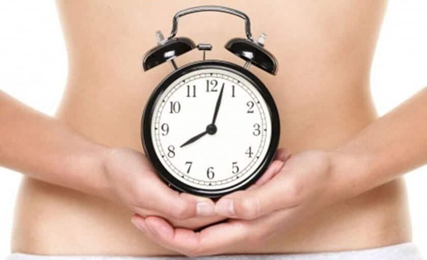 Κατάψυξη Ωαρίων Διατηρηση γονιμότητας μια γυνάικα που κρατάει ρολόι